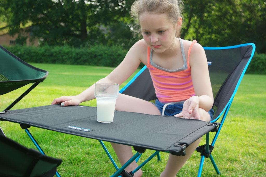 Ook Maureen test even hoe stabiel de tafel is.