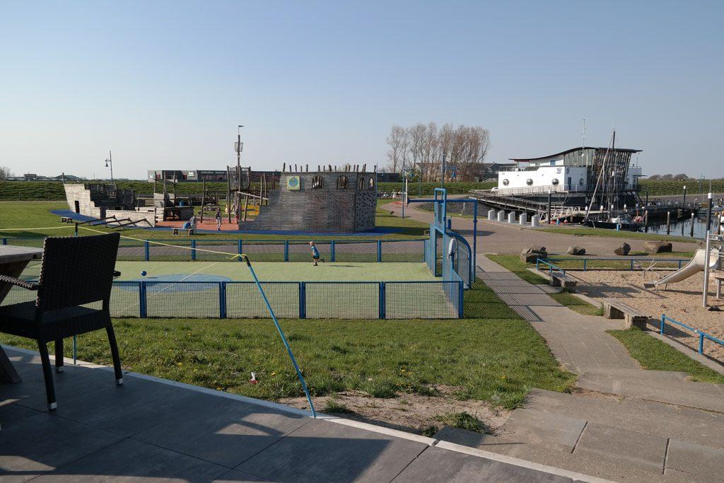 Vanaf het terras kun je je kinderen goed zien spelen.