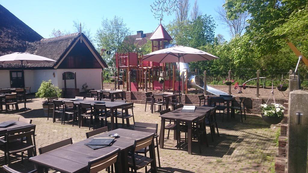 Terras met speeltuin. Kindvriendelijke restaurants op Texel.