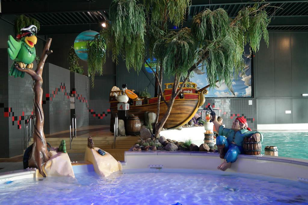 Zwembad met peuterbad.