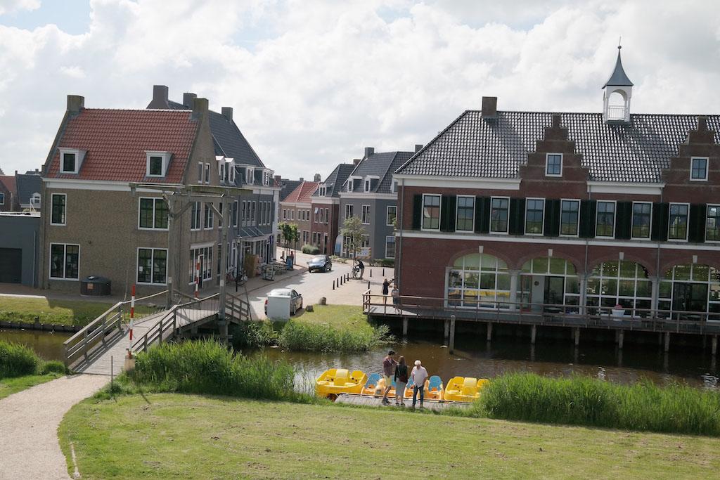 Het parkgedeelte bij de haven met de brasserie.