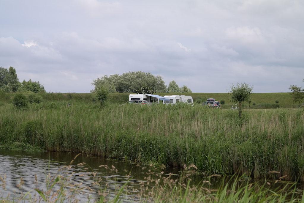 De kampeerplekken liggen aan het water.