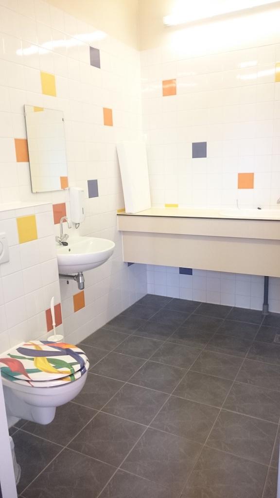De babyroom in het sanitairgebouw.