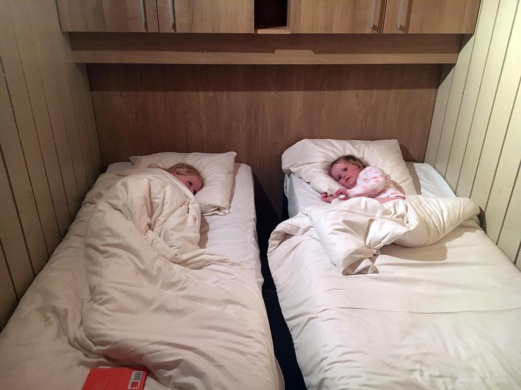 De meisjes slapen samen op een knus kamertje.