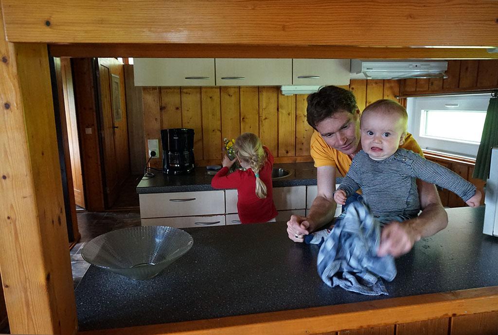 Doorkijkje naar de keuken.