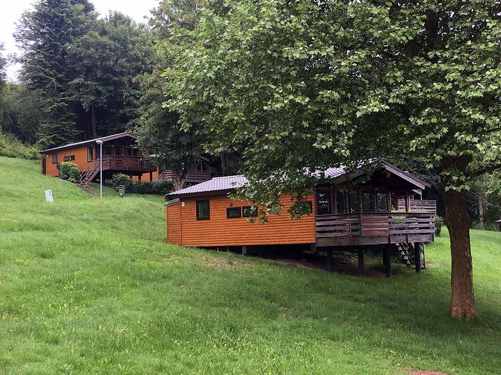 De houten huisjes op Landal Les Etoiles.