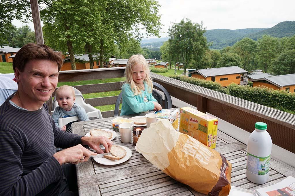 Ontbijten op het terras.