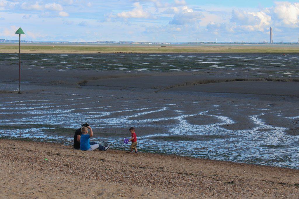 Schelpen en krabbetjes zoeken kan goed op het strand van Southend on sea.