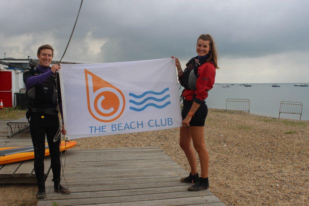 De vriendelijke instructeurs van The Beach Club staan klaar om met kinderen aan de slag te gaan in het water.