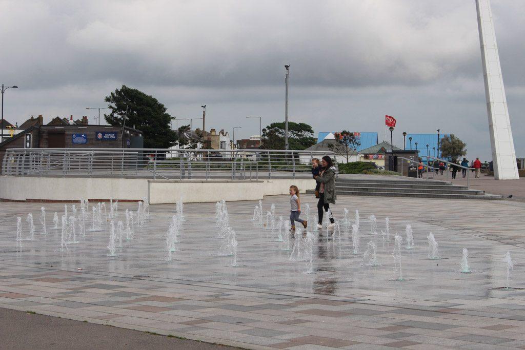 Pret met de fonteinen van de boulevard.