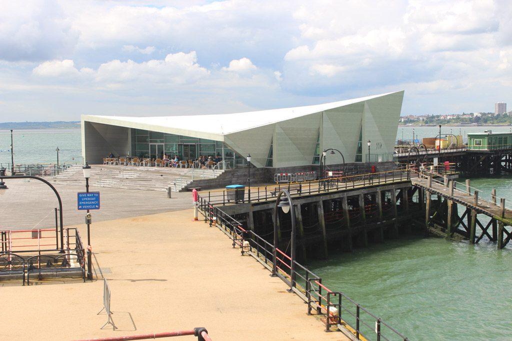 Restaurant en concertzaal op de pier. Je kunt er zelfs trouwen.