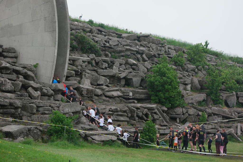 Via een smalle trap de berg op.