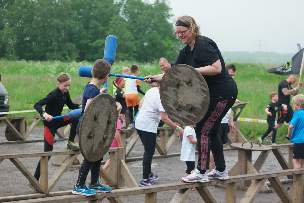 Staand op een balkje vechten als een Viking.