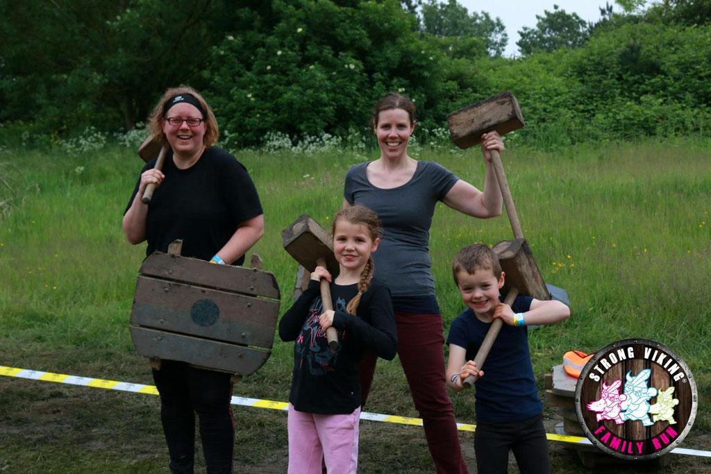Echte Vikingen lopen met een houten schild en een hamer. Dus wij leggen ook een heel stuk zo af. Spierpijn daarna! (foto: Strong Viking).