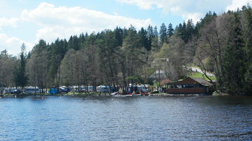 Er liggen twee campings aan het meer.