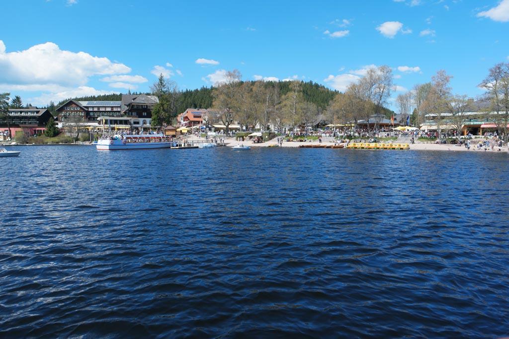 Alleen bij het plaatsje Titisee staat er veel bebouwing aan het meer.