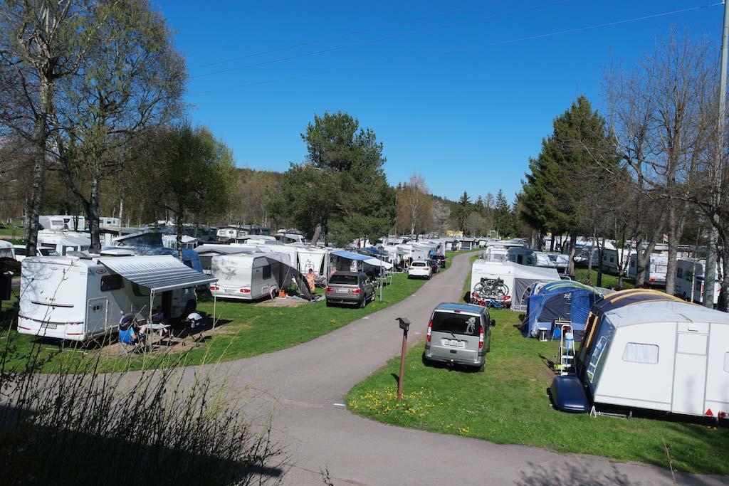 De kampeerplaatsen op camping Kreuzhof zijn niet erg ruim.