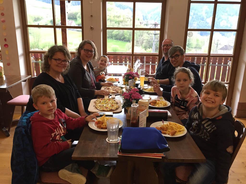 Gezellig samen uiteten in het Zwarte Woud. Wij zijn inmiddels fan en weten het zeker: een vakantie in het Zwarte Woud met kinderen is heerlijk!