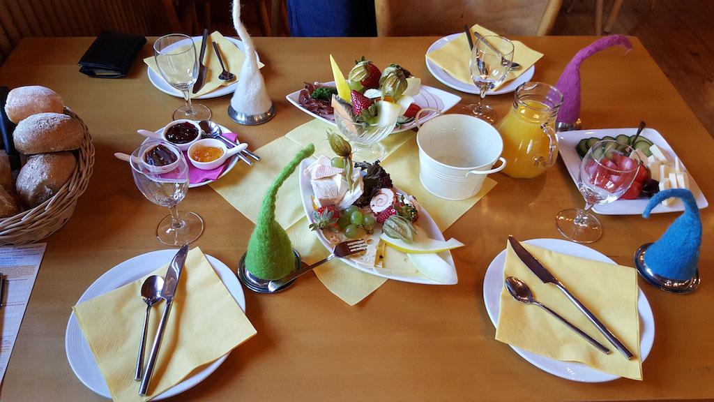 Genieten van het ontbijt in Gutacher Rossle.