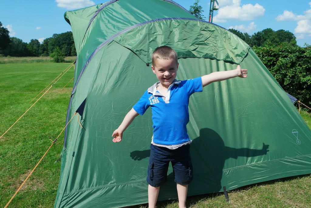 Mijn grote hulp! Achter hem zie je de korte kant van de tent met de 'ventilatieflapjes'.