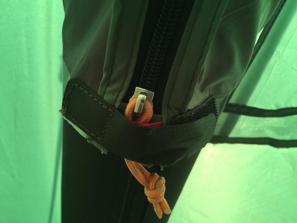 De met lucht gevulde buizen zijn stevig en indien nodig kan je er dankzij de rits makkelijk bij.