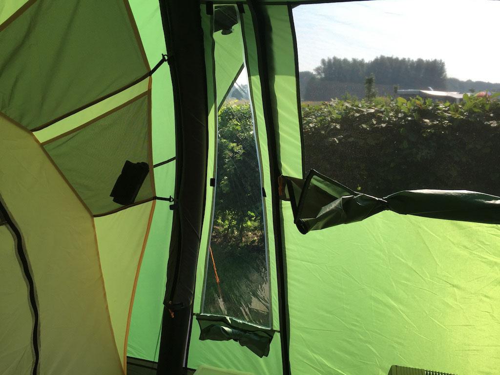 Genoeg licht in de tent door de ramen.