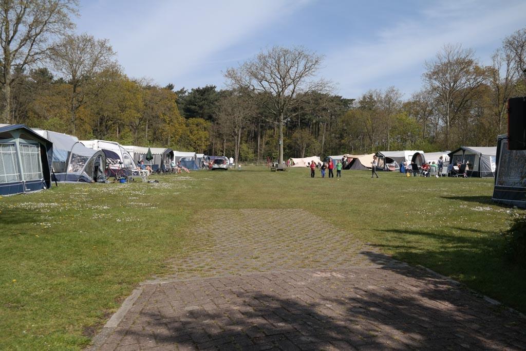 De ruime kampeervelden.