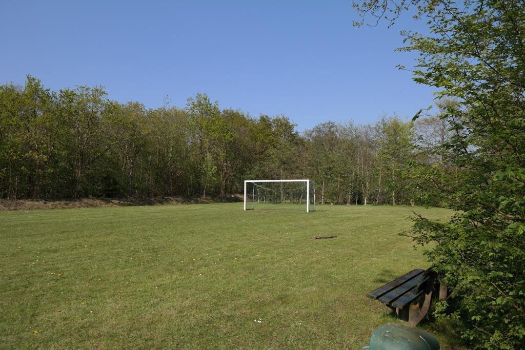 Voetbalveld naast de camping.