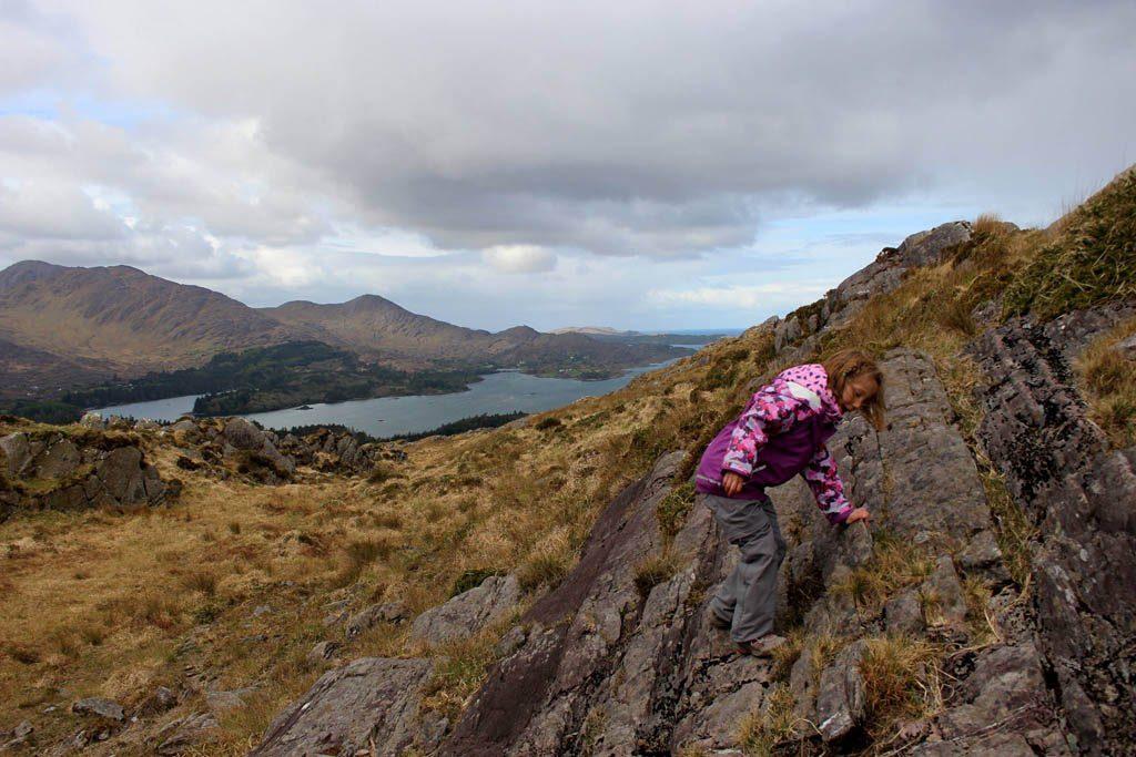 Hiken in Ierland met kinderen is volop klimmen en klauteren.