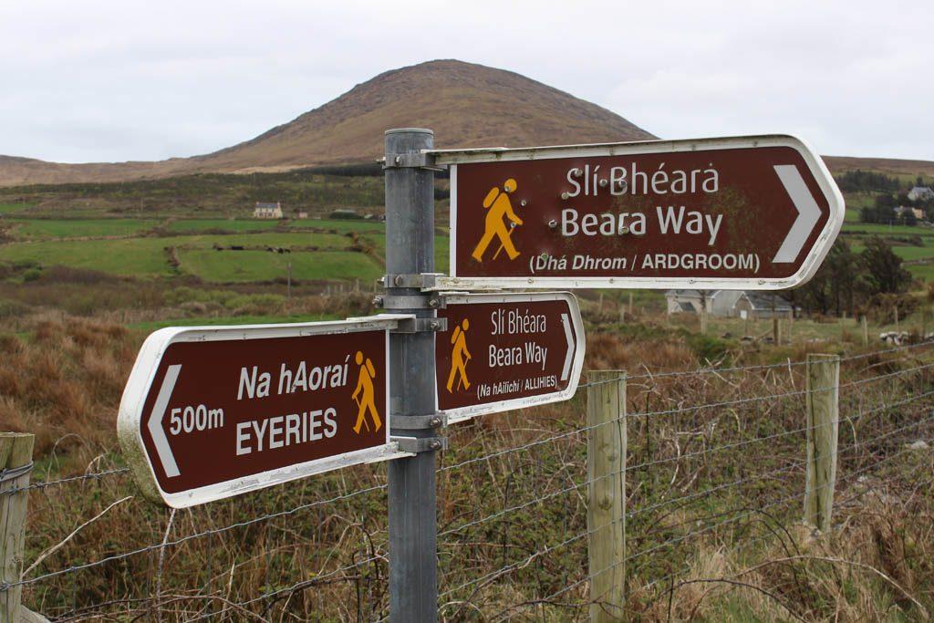 De wandelroutes staan goed aangegeven in Ierland.