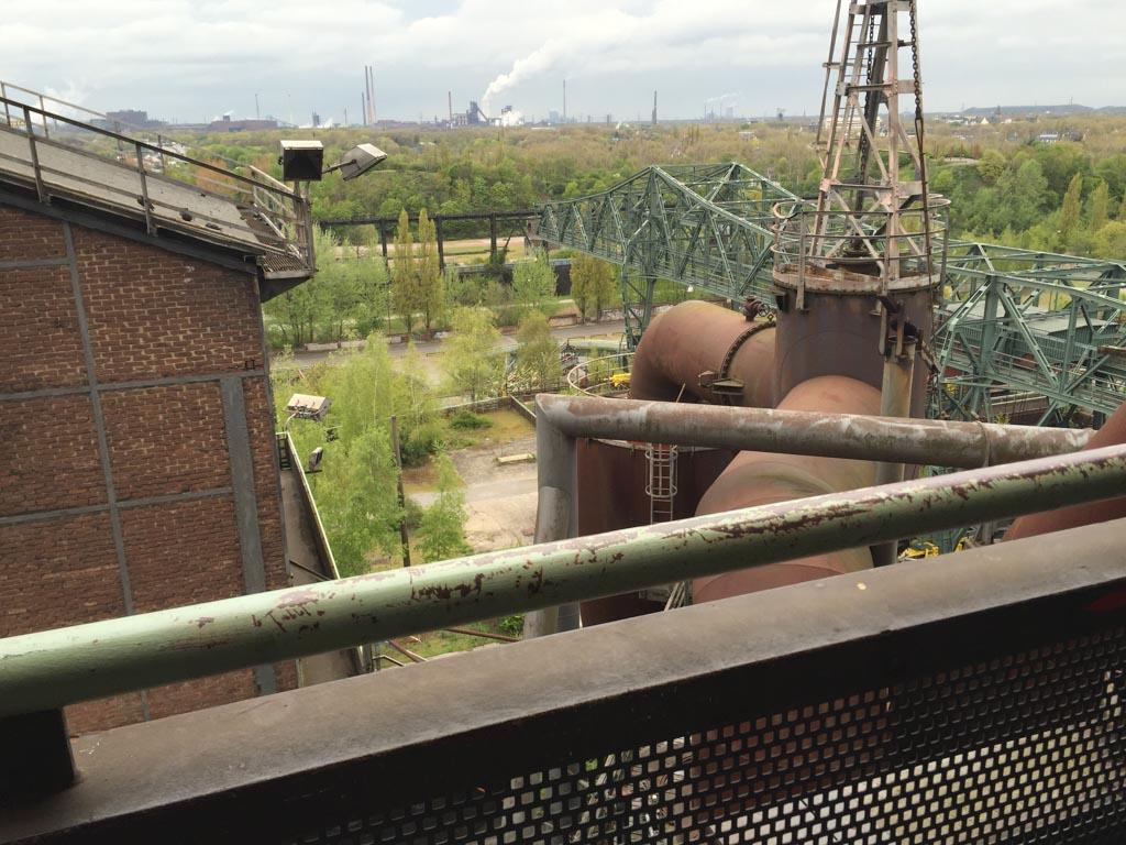 In de verte roken de schoorstenen van het Ruhrgebied.