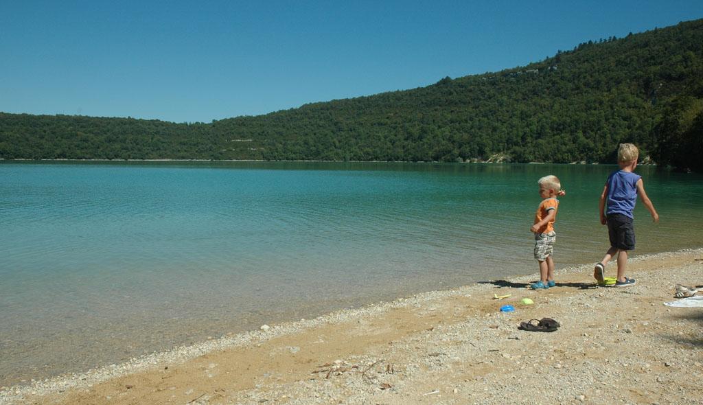 Onderweg pauzeren op het strand van een van de vele baaien langs de meren.