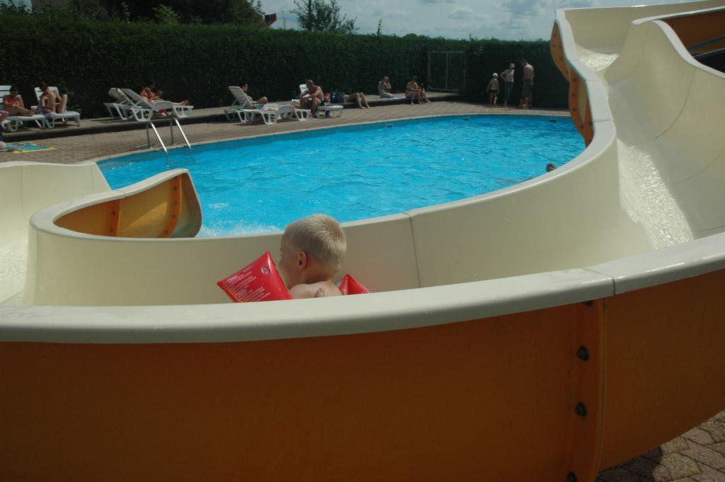 Zwembad met glijbaan op de camping.