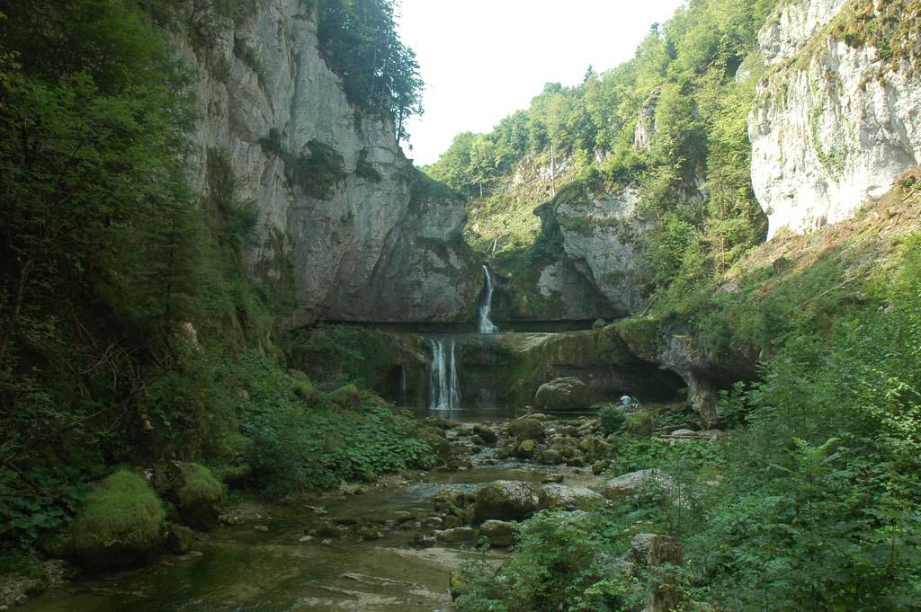 Prachtige omgeving met veel watervallen.