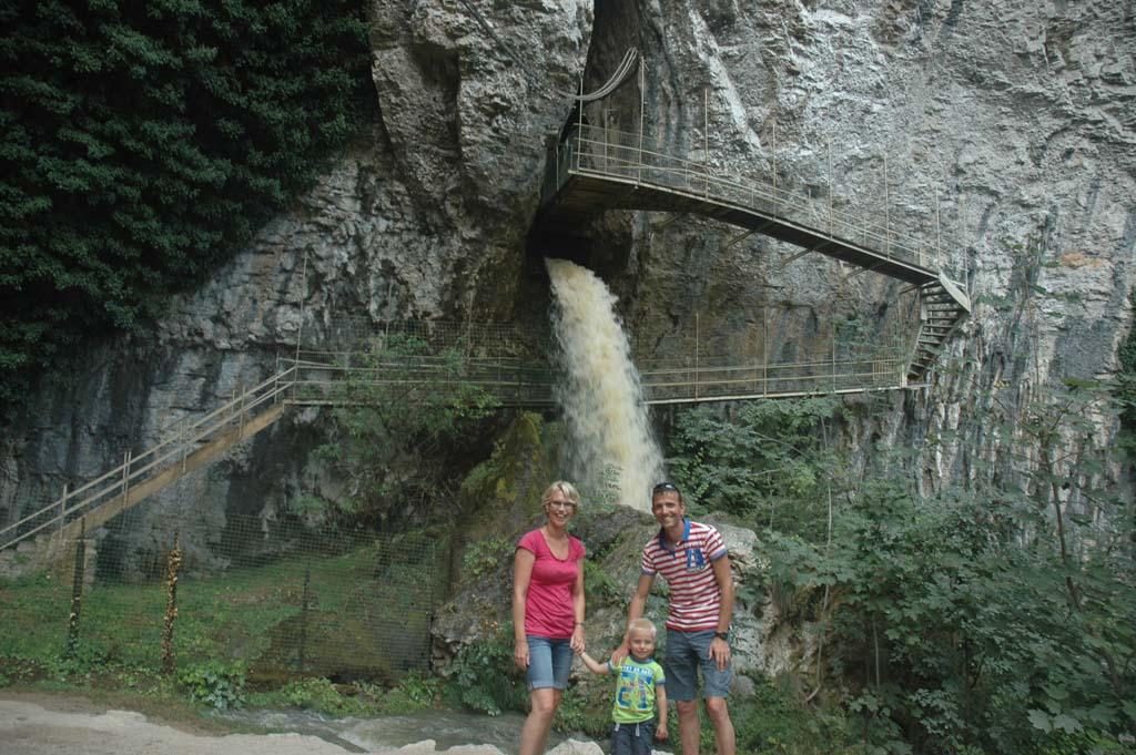 De plek waar de ondergrondse rivier naar buiten komt en dus het begin van de waterval.