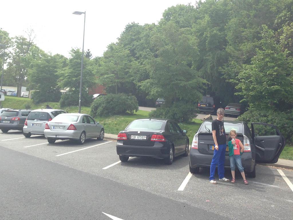 Even bij de auto iets drinken omdat de rest van de parkeerplaats te gevaarlijk is.... Dat wil je toch niet? (foto: Saskia).