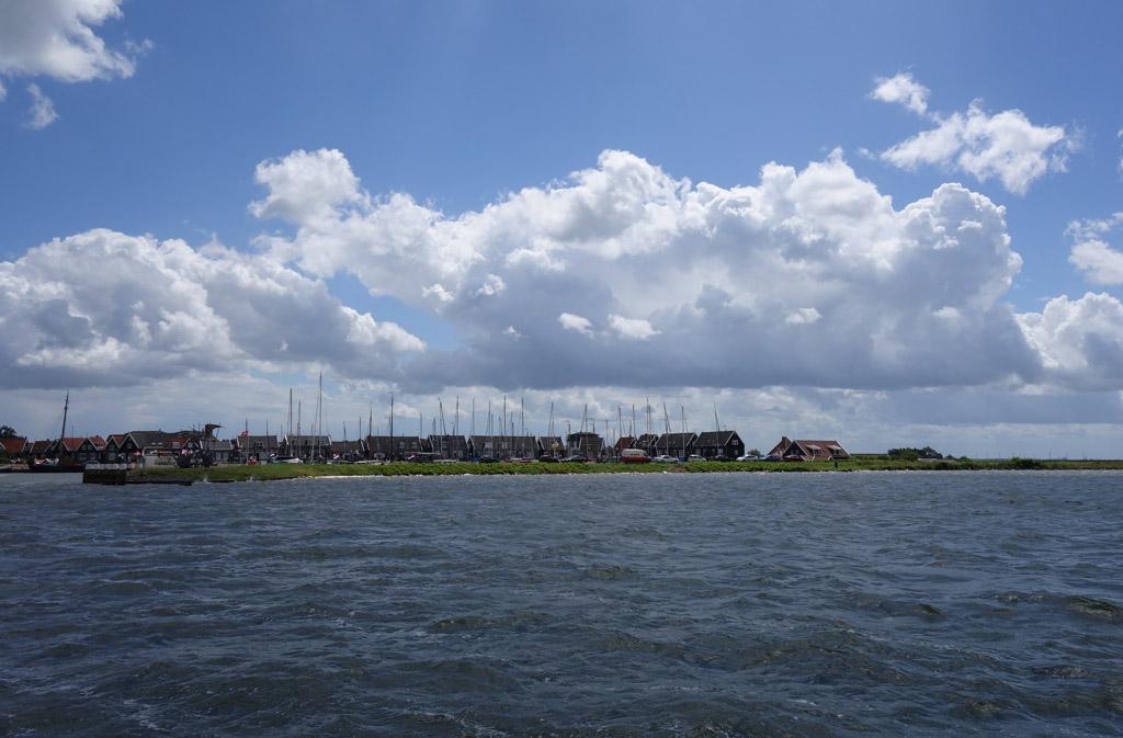 Het eiland Marken in het Markermeer.