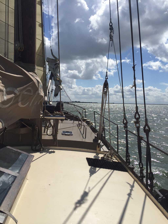 Het uitzicht vanaf de boot is prachtig.