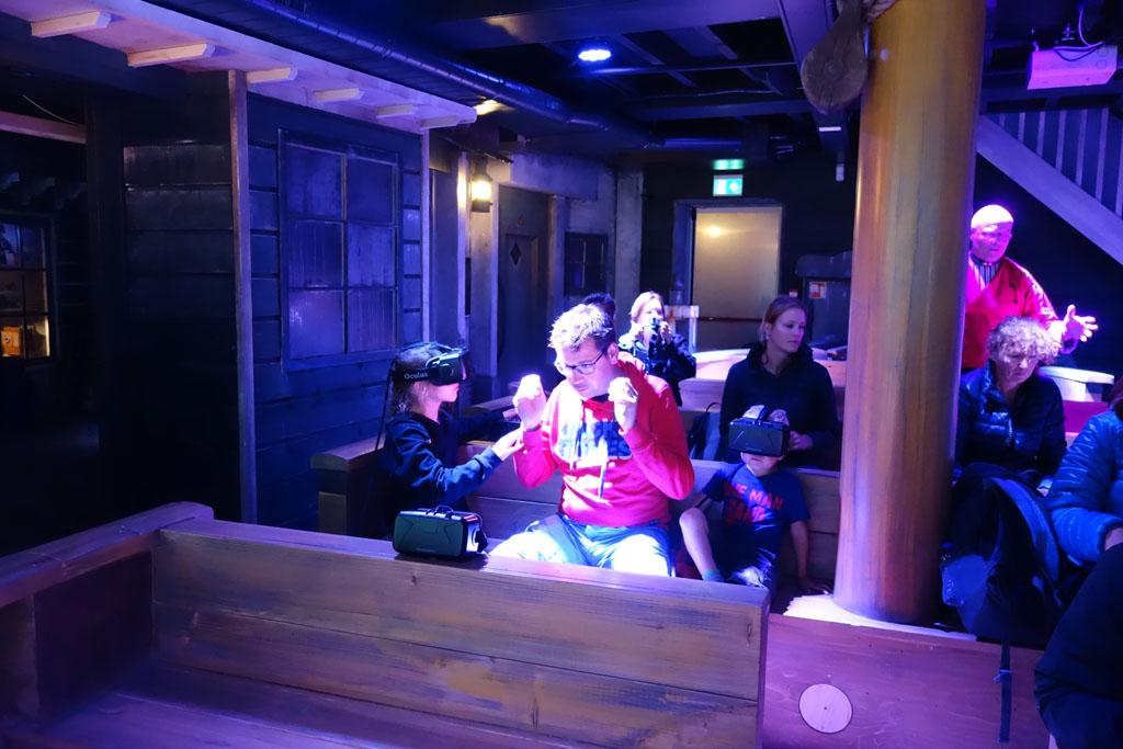 In de boot zet iedereen zijn VR bril op.