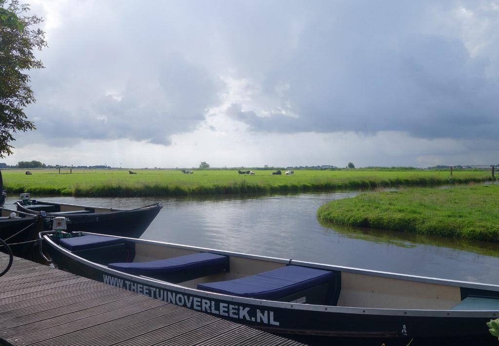 Vanaf de theetuin vertrekken we met een fluisterboot.