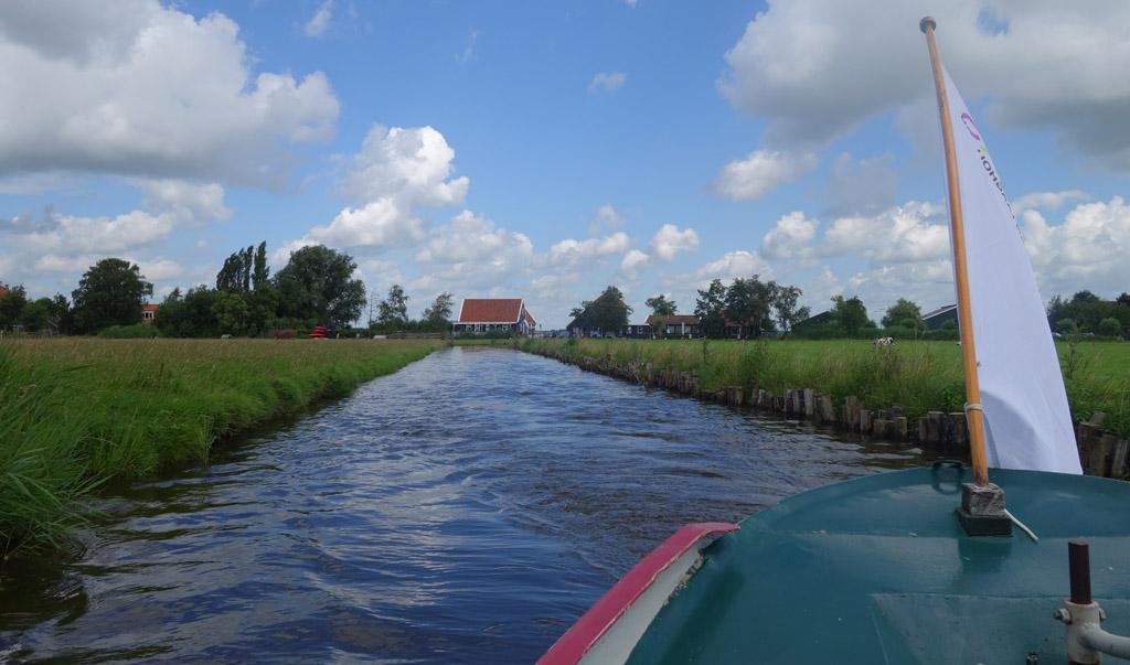 De tocht met de fluisterboot gaat tussen de weilanden door.