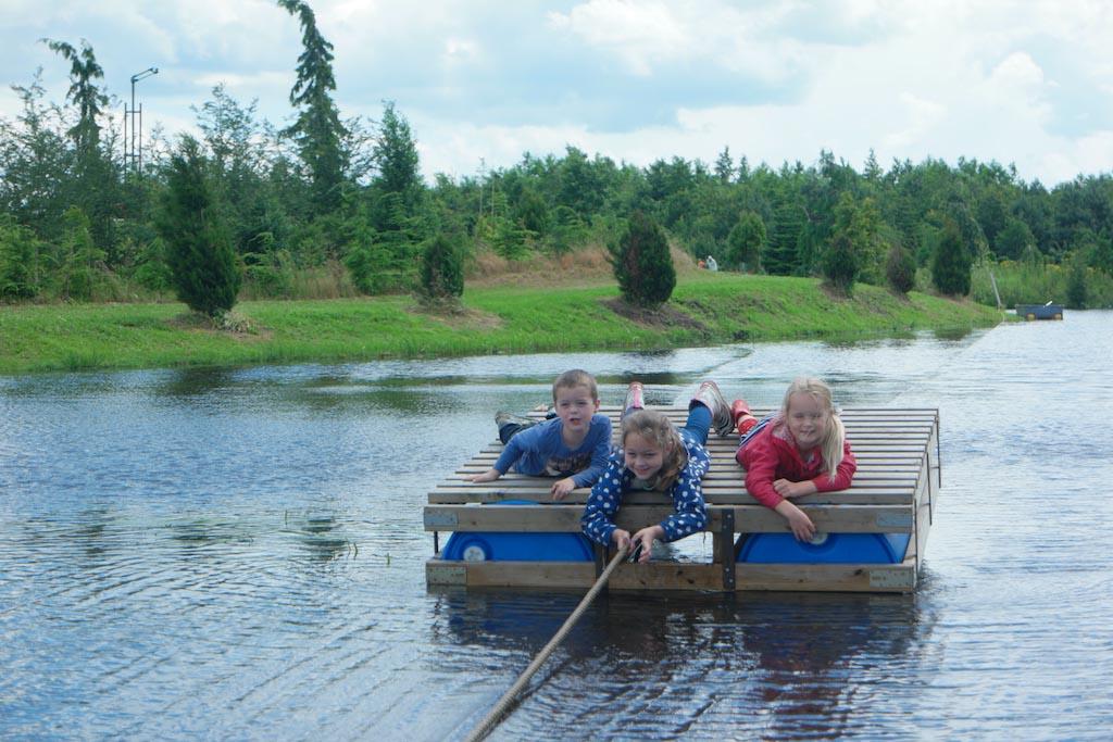 De kinderen met zwemdiploma mogen van ons met het andere vlot naar de overkant.