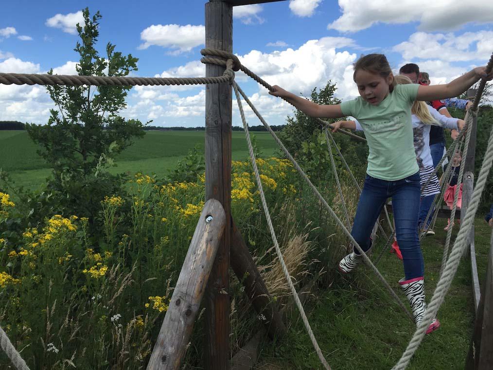 De survival run is ook voor kinderen te doen, al kunnen ze soms een handje hulp gebruiken.