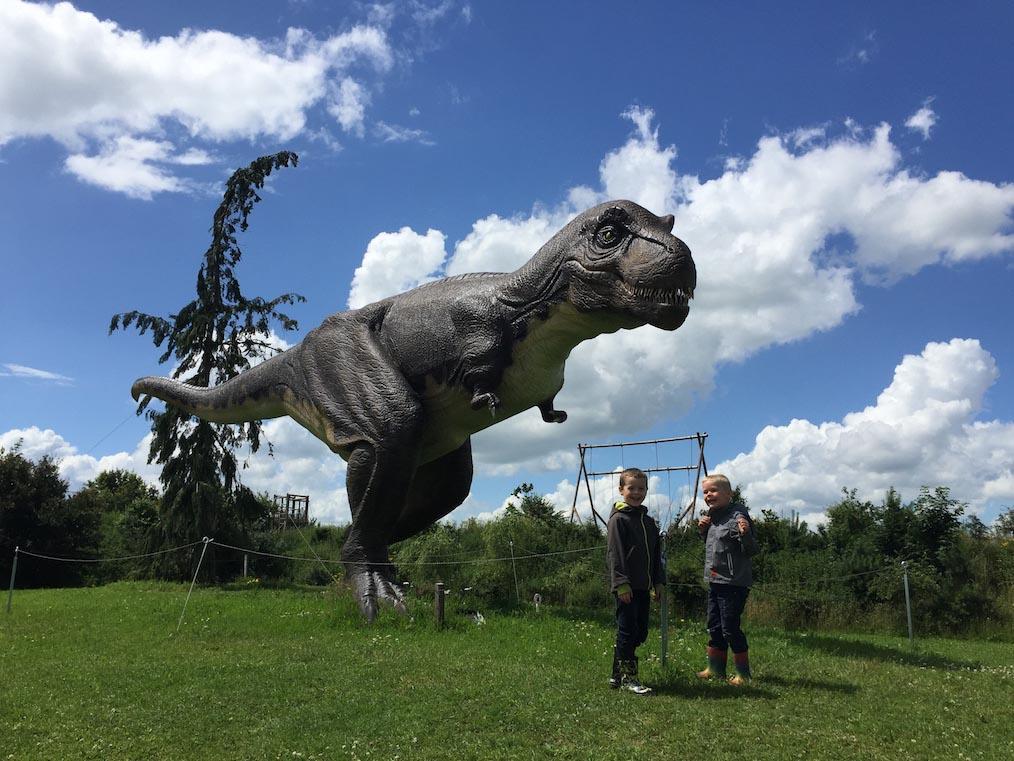 T-Rex op ware grootte en twee dol enthousiaste jongetjes.