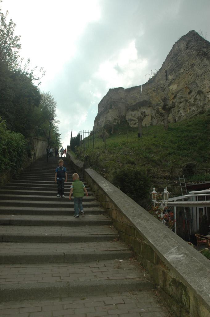 Met de trap omhoog naar de Kasteelruine.