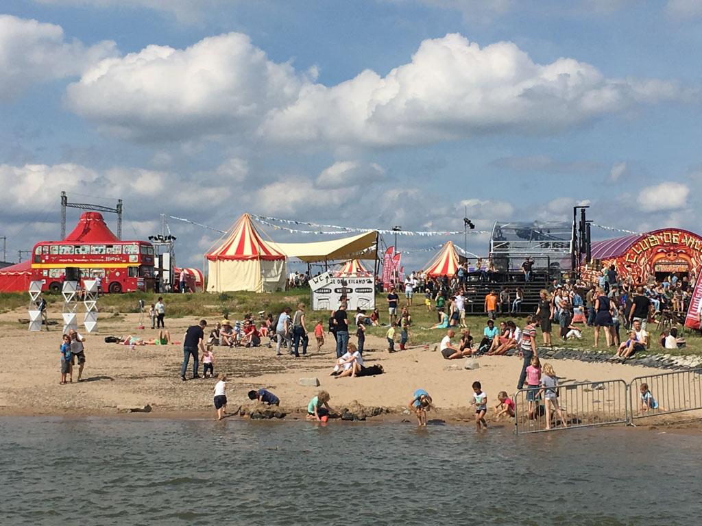 Met het pontje naar de overkant naar Festival op 't Eiland.