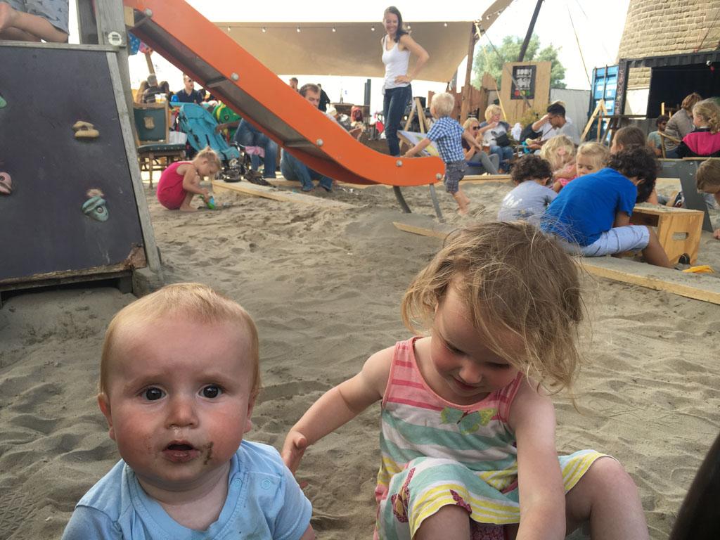Spelen in de tijdelijke zandbak op de Kaaij.