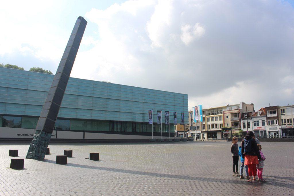 Op pad met gids Mieke vanaf het grote plein voor Museum het Valkhof.
