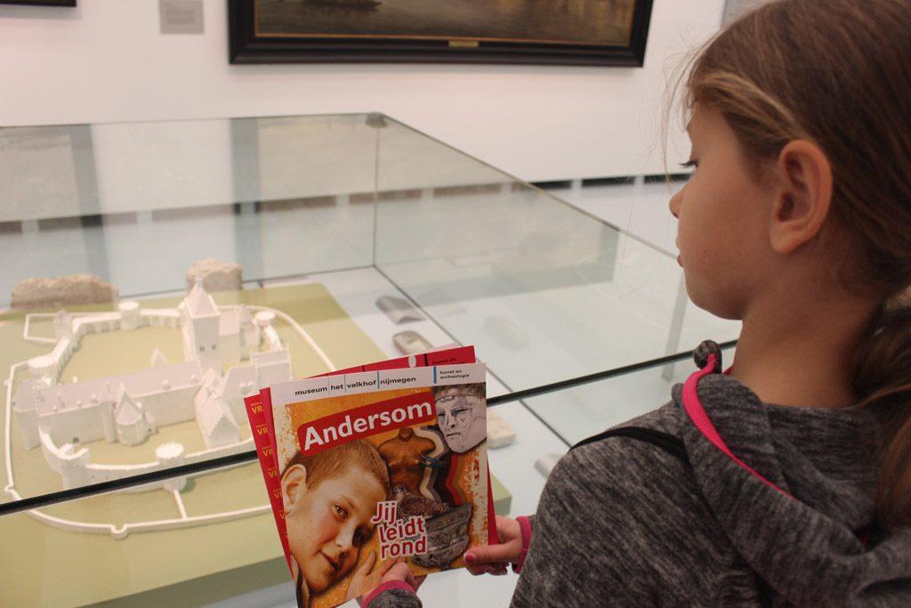 Leuk om te doen, elkaar rondleiden door het museum.