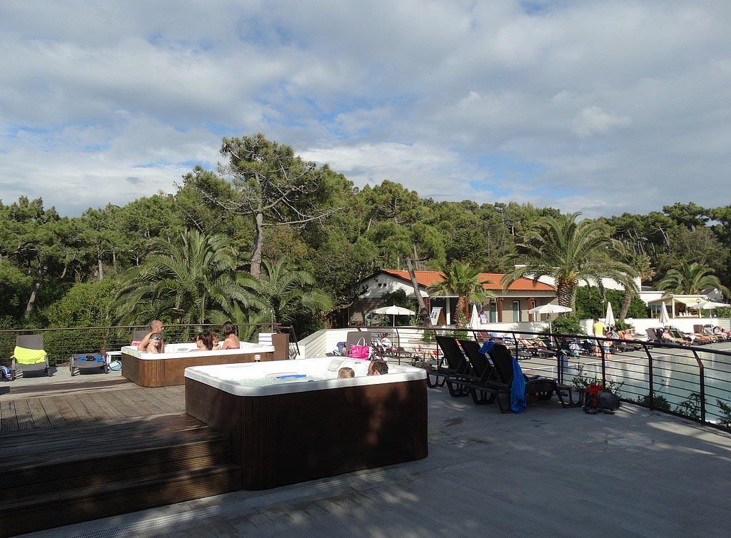 Er staan zelfs jacuzzi's bij het zwembad.